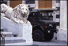 Genova G8, autoblindo accanto alla cattedrale di San Lorenzo