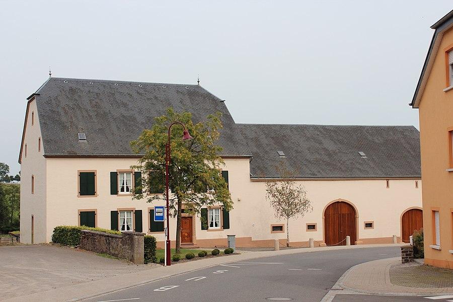 Haus op Nummer 6 an der Mierscher Strooss zu Groussbus; zënter dem 3 .September 2009 op d'Lëscht vum Zousaz-Inventaire vun den nationale Monumenter agedroen.