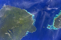 Satellite image of eastern half of Savai'i island (left of photo) with tiny Apolima & Manono islands and the western tip of اوپولو. (ناسا photo, 2006)