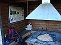 Insidan av grillstuga på Hässningberget med ryggsäck.jpg