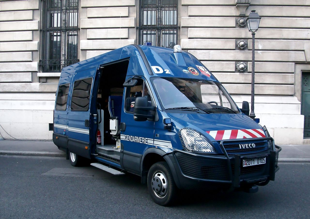 file iveco daily 2006 gendarmerie mobile septembre 2013 paris jpg wikimedia commons. Black Bedroom Furniture Sets. Home Design Ideas