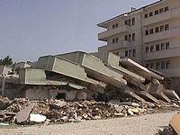 Deprem sonucu oluşmuş bir enkaz