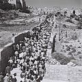 JEWISH PILGRIMS ON THEIR WAY FROM MOUNT ZION THE WAILING WALL DURING THE SUCCOT PILGRIMAGE IN JERUSALEM. חג סוכות. בצילום, מתפללים בדרכם מהר ציון אל עD826-028.jpg
