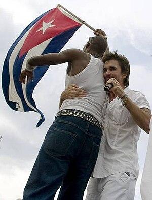 {{es|1=Juanes con la bandera de Cuba}}