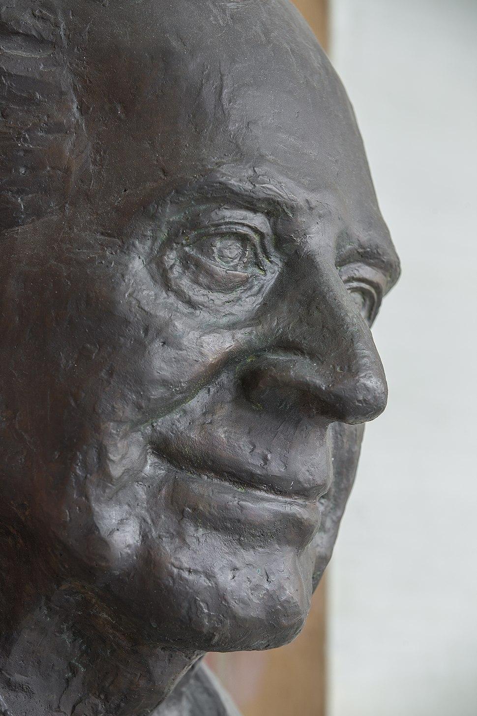 Karl Popper (1902-1994), Nr. 104 bust (bronze) in the Arkadenhof of the University of Vienna-2485