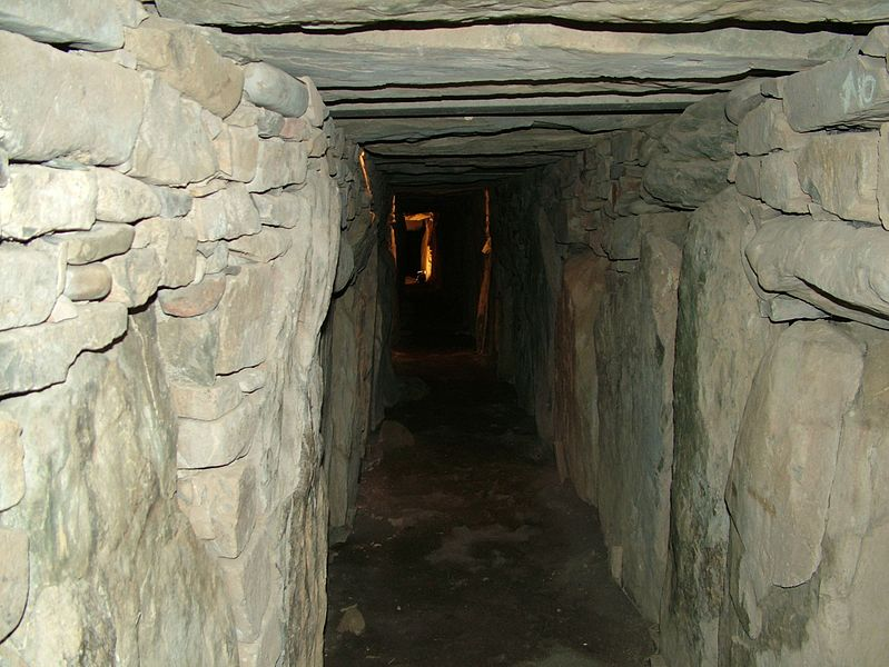 File:Knowth Blick in den Gang.jpg