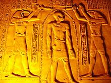 Horus y Thot bendiciendo al fara�n ptolemaico. Templo de Kom Ombo.