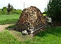 Kosova Hora, kupka dřeva (01).jpg