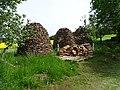 Kosova Hora, kupky dřeva.jpg