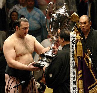 Kotoōshū Katsunori - Kotooshu receives the Emperor's Cup for winning the May 2008 tournament