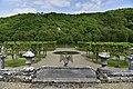 L'aigle en pierre dominant la partie inférieur du jardin (29966466195).jpg