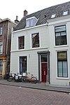foto van Hoekhuis van twee bouwlagen, een kelder en een kap evenwijdig aan de straat