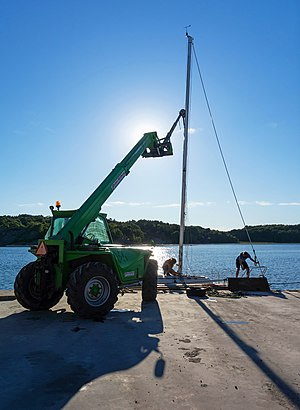 Launching a sailboat - Fitting the mast