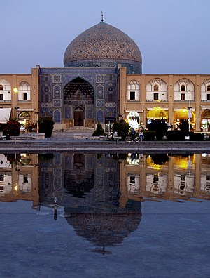 Sheikh Lotfollah Mosque - The dome does not stand directly behind the entrance, but is offset to the south.