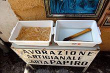 Lavorazione artigianale per produrre la carta di papiro (Siracusa)