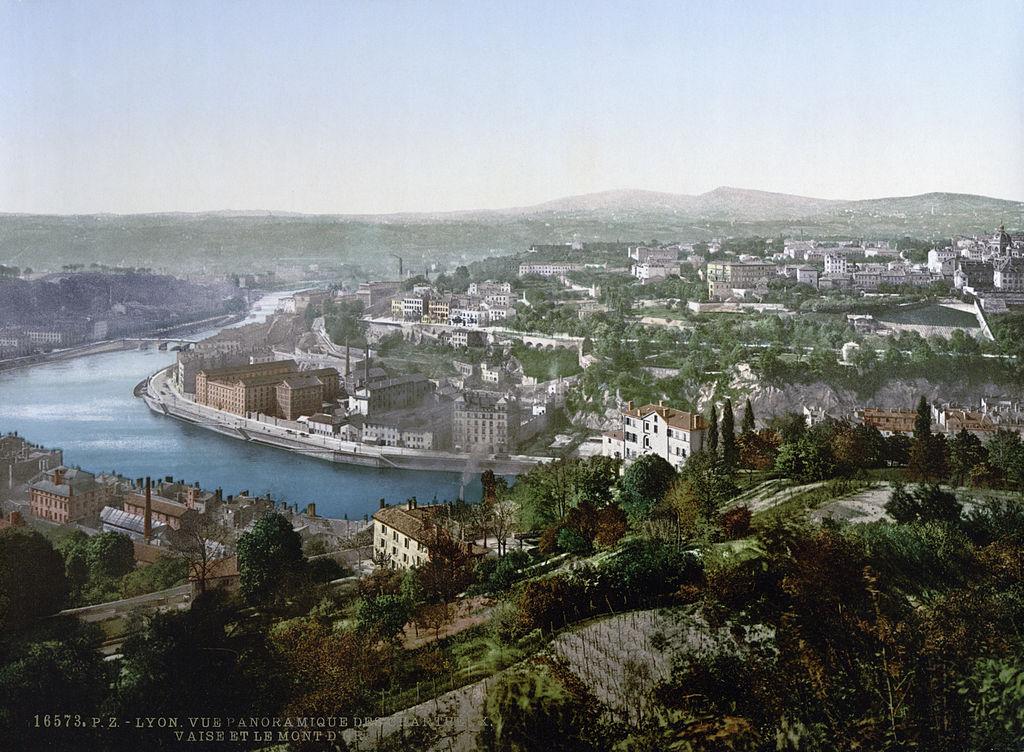 Au second plan derrière la rivière Saône, le plateau de la Croix Rousse à Lyon encore bien vert en 1890/1900.