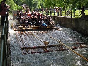 München - Flaucher - Floß auf dem Ländkanal 08.jpg