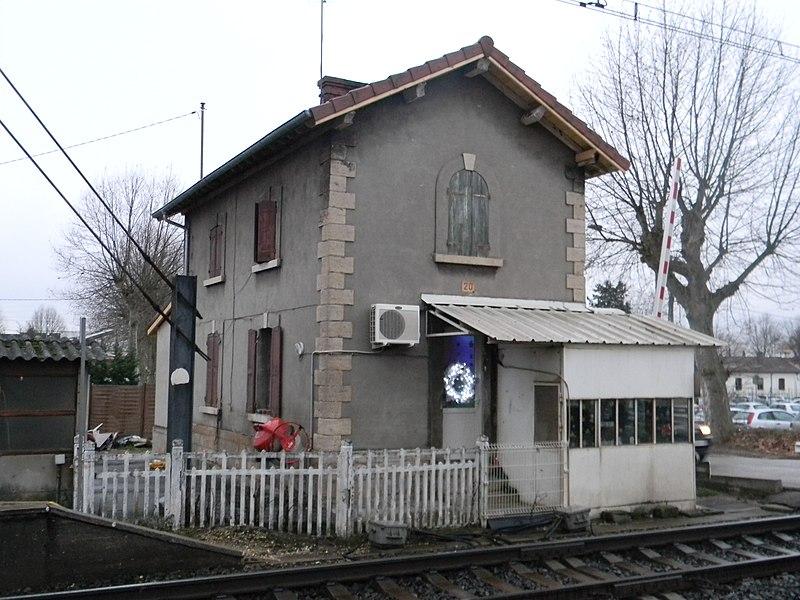 Ancienne maison du garde barrière de la gare de La Valbonne, dans l'Ain.