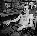 Man poseert met tatoeages gezet door tatoeëerder Jack, Bestanddeelnr 252-9246.jpg