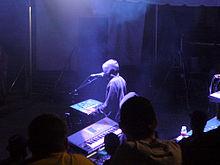 Un hombre con instrumentos musicales electrónicos actuando en un evento anual de música electrónica de baile.
