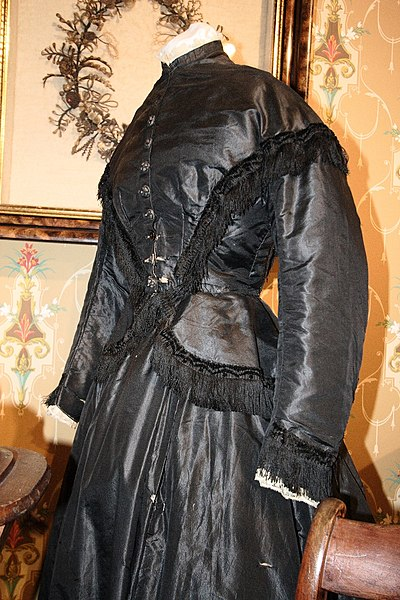 Archivo:Mourning dress, 19th century.JPG
