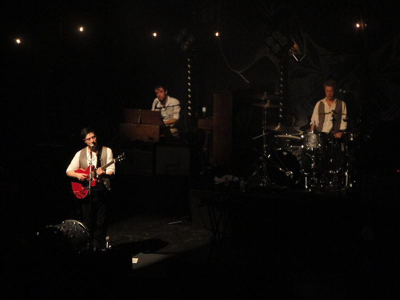 File:Mumford & Sons performing at Brighton Dome in October 2010 14.JPG
