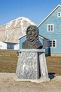 NOR-2016-Svalbard-Ny-Ålesund-Blue house 02 (with bust of Amundsen).jpg