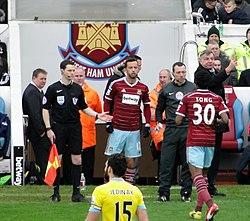 Nenê entrando em campo em sua estréia pelo West Ham. 7e602e1a1b3c0