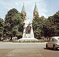 Nyíregyháza 1968, Kossuth szobor és a római katolikus székesegyház Fortepan 31112.jpg