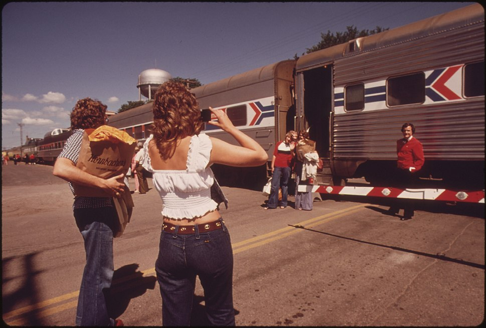 ONE LAST PHOTOGRAPH BEFORE PASSENGERS BOARD THE EMPIRE BUILDER AT FARGO, NORTH DAKOTA, ENROUTE FROM CHICAGO TO EAST... - NARA - 556091
