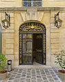 P1250988 Paris IV quai Anjou hotel de Lauzun porte rwk.jpg