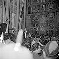 Paasviering. Gelovigen onder de steigers bij de ingang van de Heilige Graf kerk, Bestanddeelnr 255-5247.jpg