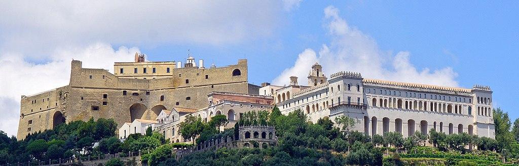 Vue sur le Chateau Sant Elmo à droite et sur la Chartreuses San Martino à gauche. Sur la colline du Vomero à Naples. Photo de Wolfgang Pehlemann