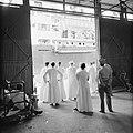 Paters bij de aankomst van een schip in de haven van Willemstad, Bestanddeelnr 252-2722.jpg
