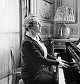 Pavla Vachková-Osuská, echtgenote van diplomaat Štefan Osuský, zingt en speelt p, Bestanddeelnr 255-8788.jpg