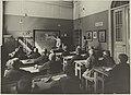 Piirustusopetuksen harjoitusluokka, opiskelija opettaa lapsia opettajan valvoessa, opettaja Beda Närhi. 1920-luku. Taideteollisuuskeskuskoulun opetustilanteita.-TaiKV-07-027.jpg