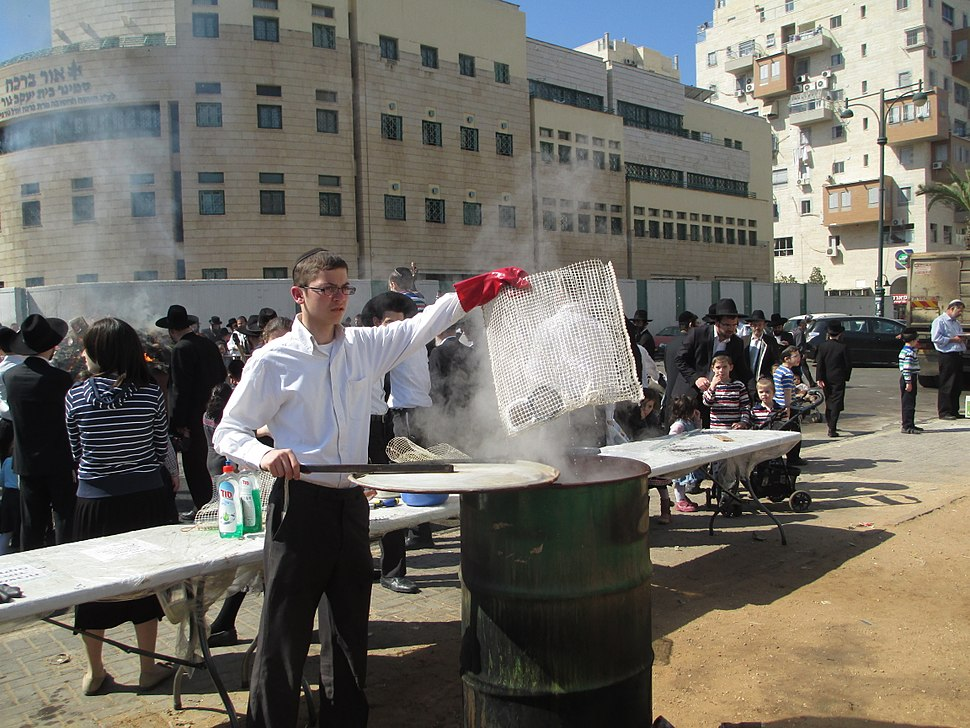 PikiWiki Israel 31375 Cleansing of vessels in boiling water on the eve o