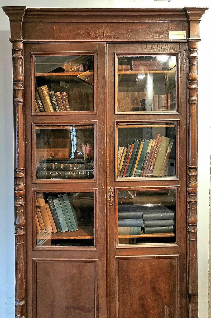 ארון ספרים במוזיאון ראשון לציון