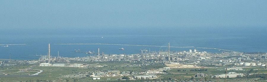 Lato sud del polo petrolchimico, visto da Melilli