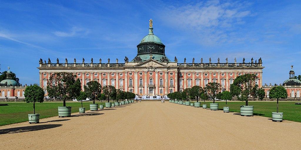 Neues Palais, Blick von der Hauptallee westwärts. Station am Park Sanssouci Rundweg