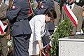 Premier Beata Szydło składa wieniec pod pomnikiem Lecha i Marii Kaczyńskich w Radomiu.jpg
