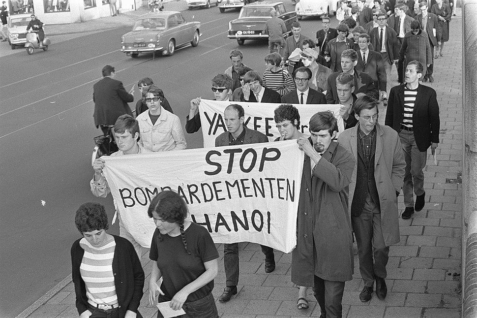 Protestdemonstraties tegen oorlog in Vietnam, demonstranten met leuzen, Bestanddeelnr 919-3118
