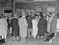 Publiek kijkt naar televisie in een etalage te Zandvoort, Bestanddeelnr 904-8018.jpg