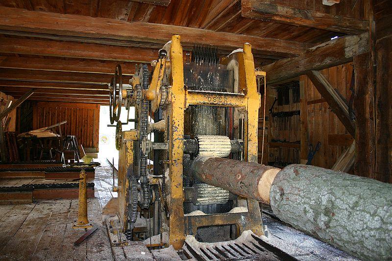 maszyna sciągająca korę w tartaku