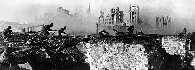 Red Army soldiers on the counterattack during the Battle of Stalingrad, February 1943 RIAN archive 44732 Soviet soldiers attack house.jpg