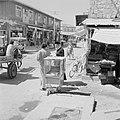 Ramle Straatbeeld met winkels en winkelend publiek, waaronder een rabbijn Rech, Bestanddeelnr 255-3869.jpg
