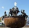 Rathausbrunnen mit Darstellung der Uznamen der Teilgemeinden - panoramio.jpg