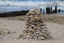 Rien ne dure. A Courseulles sur Mer, cairn de plage éphémère.jpg