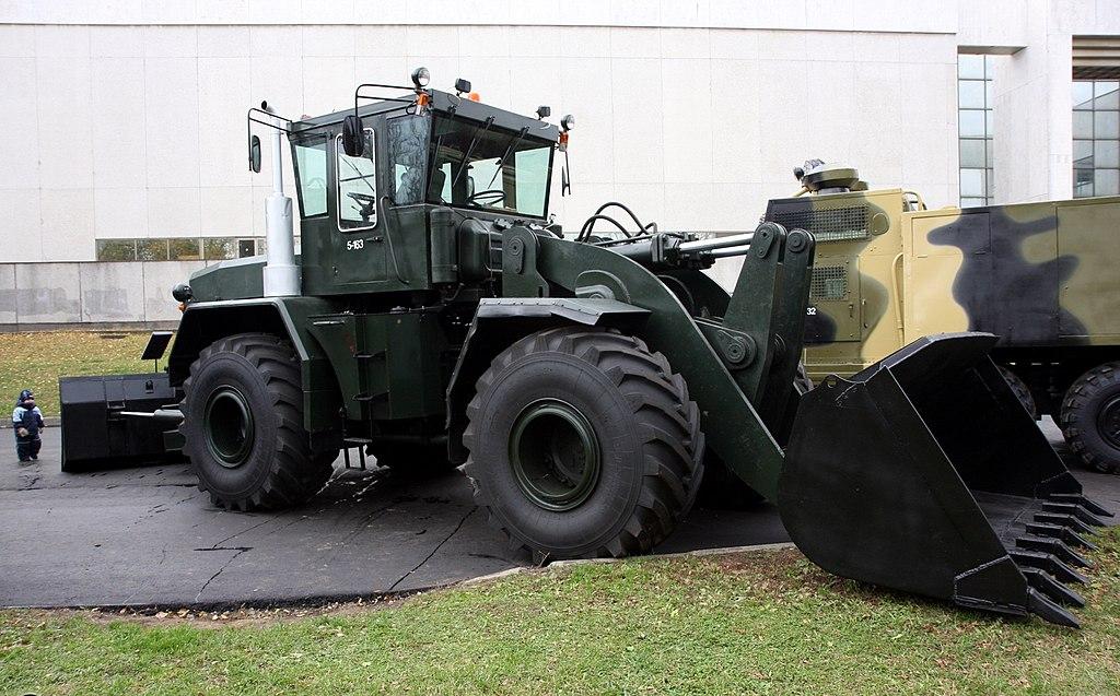 Kirovets trattori 1024px-Road_bulldozer_K-702_MV-UDM-2_-_view_1