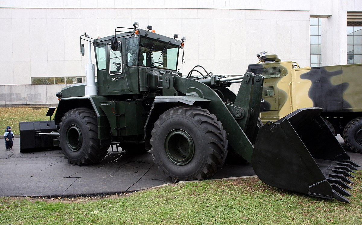 Kirovets trattori 1200px-Road_bulldozer_K-702_MV-UDM-2_-_view_1